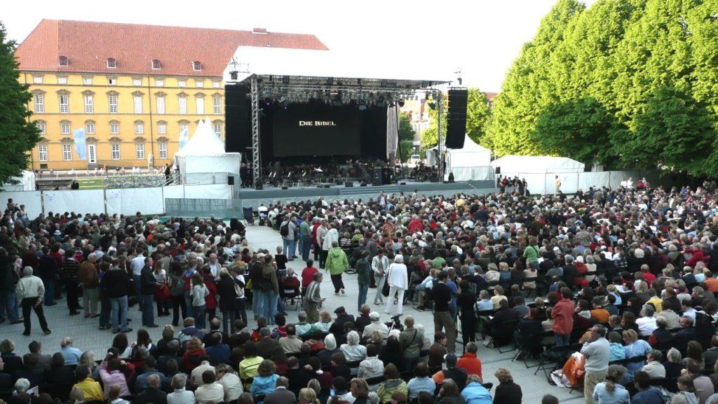 Große Open Air Bühne beim Katholikentag