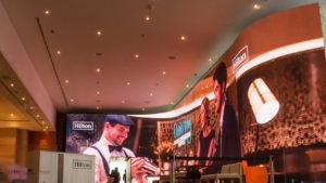 Gebogene LED Wand im Hotel Hilton Intercontinental