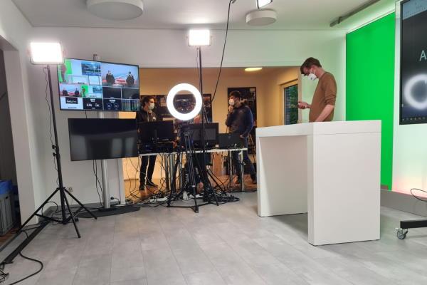 Studio mit Greenscreen, Ringlicht und Vorschaumonitoren