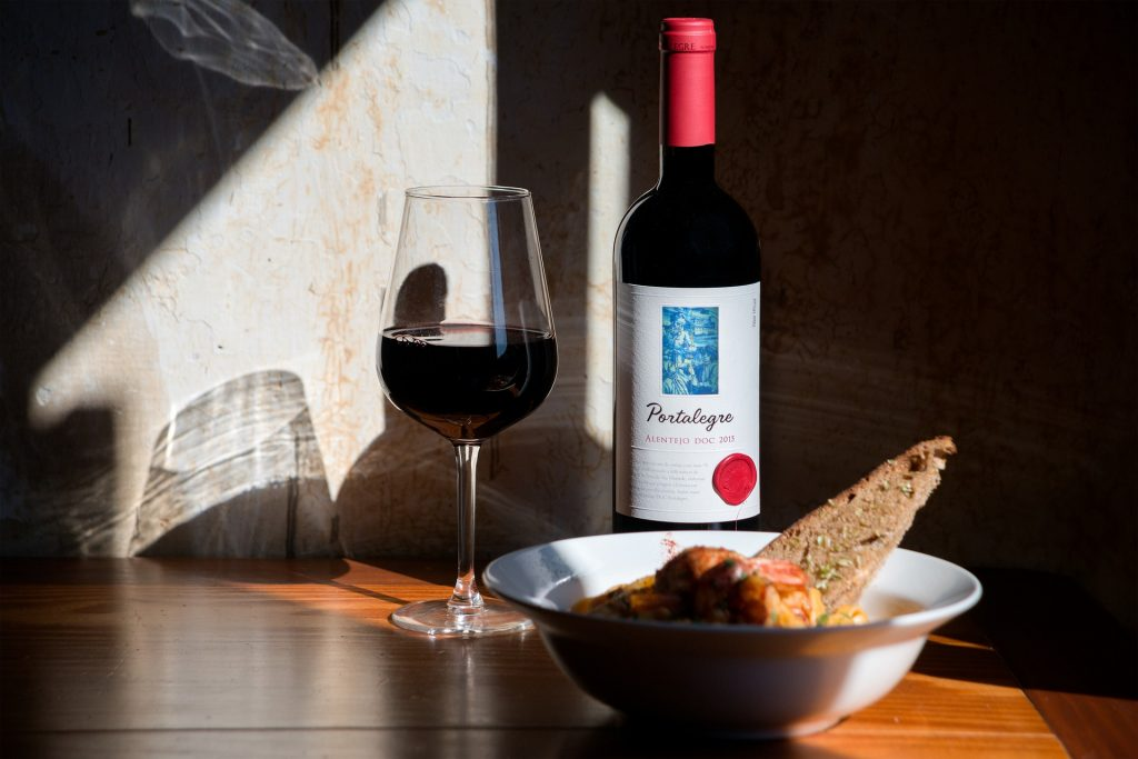 Attraktiv präsentierter Wein für vollen Genuss bei der Weinprobe